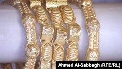 حلي مصنوعة من الذهب البرازيلي معروضة في محل في الديوانية