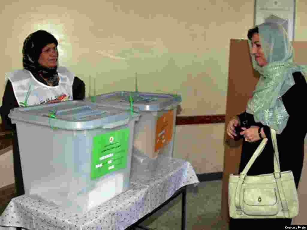 زینت کرزی خانم حامد کرزی نیز در رای گیری اشتراک کرد