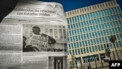 Газета Granma со статьей о восстановлении американо-кубинских дипломатических отношений на фоне посольства США в Гаване