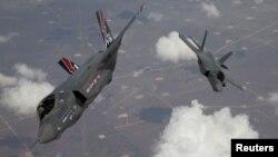 Avioane F-35 Lightning II, numite şi Joint Strike Fighter (JSF), revenind la baza militară din California, SUA