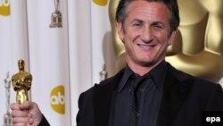 Actorul Sean Penn și Oscarul ce l-a recompensat în 2009 pentru rolui lui Harvey Milk jucat în filmul 'Milk'