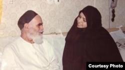 نعیمه اشراقی در کنار پدربزرگش، آیتالله خمینی