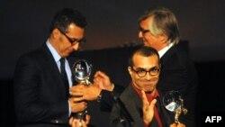 ژوزف مدمونی (وسط) کارگردان فیلم «ترمیم» جایزه بهترین اثر سینمایی جشنواره کارلووی واری را دریافت کرد.
