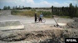 Тажикстандын Ривот кыштагын Өзбекстан менен бөлгөн чек арадагы атайын казылган аң. 2-апрель, 2010