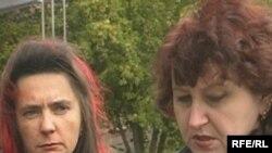 Ольга Степанова (оң жақта), бизнес, басқару және құқық колледжі оқушысының анасы. Қарағанды, 3 қыркүйек, 2009 жыл.
