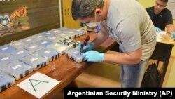 Argentina polisi Rusiya səfirliyində tapılmış kokaini müayinə edir