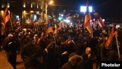 Сторонники оппозиции проводят акцию протеста против изменений в Конституцию. Ереван, 7 декабря 2015 года.