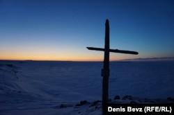 Крест на месте гибели норвежского моряка Петера Тессема, участника полярной экспедиции Амундсена 1919 г.