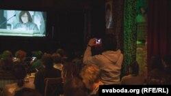 Прагляд Нобэлеўскай лекцыі Сьвятланы Алексіевіч у менскім бары «Хуліган», 7 сьнежня 2015 году