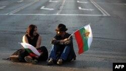 Млада двойка е седнала на затвореното кръстовище пред Софийския университет по време на протестите срещу правителството на Пламен Орешарски, 14 юни 2013 г.
