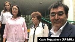 69-летний Мырзахан Еримбетов, отец подсудимого предпринимателя 47-летнего Искандера Еримбетова, обвиняемого в мошенничестве, возле здания Медеуского районного суда по уголовным делам. Алматы, 27 июня 2018 года.