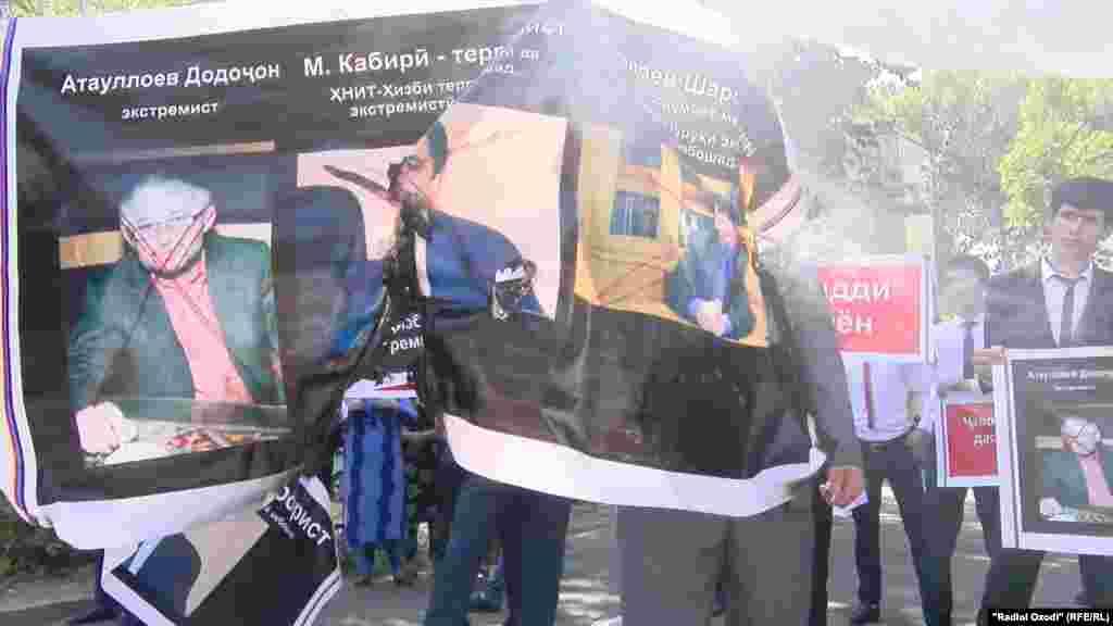 Тазоҳургарон дар даст аксҳои Муҳиддин Кабирӣ, Додоҷони Атовулло ва дигар мухолифони давлатро доштанд.