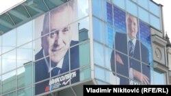 Podelio ih novac za vojsku: Izborni plakati sa likom Tomislava Nikolića i Aleksandra Vučića