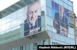 Предвыборная агитация правящей партии: плакаты с изображением Томислава Николича (слева) и Александра Вучича