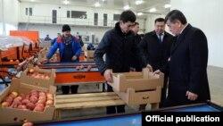 """Президент Сооронбай Жээнбеков """"Агропродукт Азия"""" соода-логистикалык борборуна барган учуру. 2019-жылдын январь айы."""
