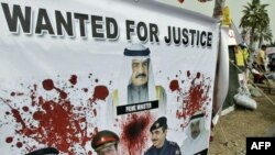 Король Бахрейна Хамад на плакате оппозиционеров