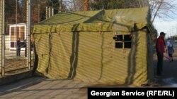 Организаторы акции разбили палатку для беженцев, позаботились об условиях жизни в ней – установили печку, помогают беженцам с едой