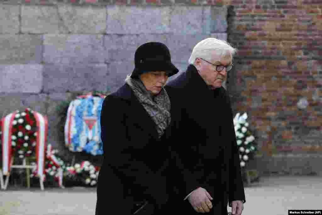 Президент Германии Франк-Вальтер Штайнмайер с женой перед Стеной смерти после возложения венка. 27 января 2020 года
