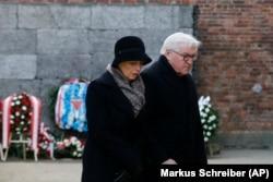 Президент Германии Франк-Вальтер Штайнмайер с супругой на мемориальной церемонии в Освенциме