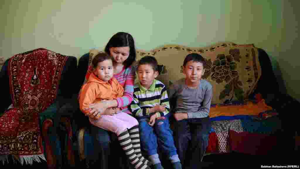 35-летняя Айнур Коржунбаева с тремя детьми.