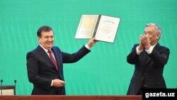 Глава Центральной избирательной комиссии Узбекистана Мирзо Улугбек Абдусаломов вручает избранному президенту Шавкату Мирзияеву свидетельство ЦИК Республики Узбекистан. Ташкент, 14 декабря 2016 года.