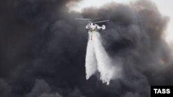 Вертолеты тушат огонь на территории ЗИЛа