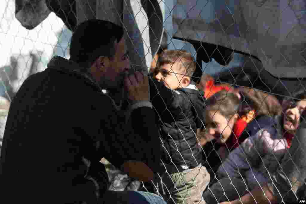 Власти Греции призывают ЕС либо расселить скопившихся мигрантов по странам союза, либо предоставить финансовую и гуманитарную помощь для размещения мигрантов внутри страны