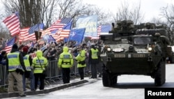 Колонна американской бронетехники следует через территорию Чехии на учения в страны Балтии. Март 2015 года
