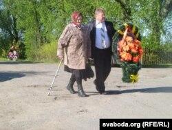Марыя Скарына ідзе на мітынг разам з старшынём калгасу