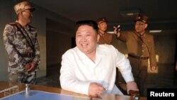 Ким Чен Ын наблюдает за ракетными испытаниями, май 2017 года