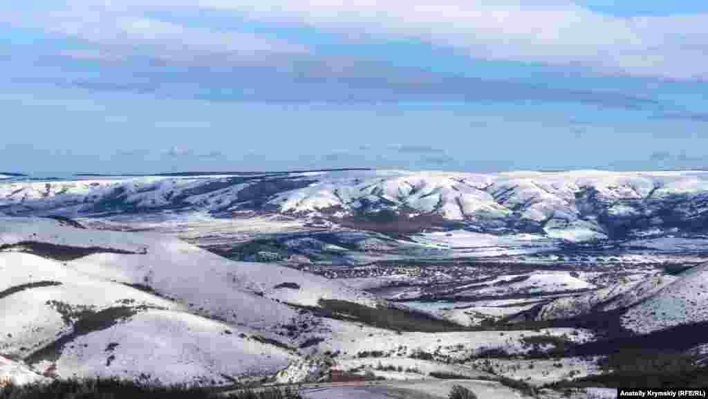 Добровська долина на тлі засніженої Долгоруківської яйли