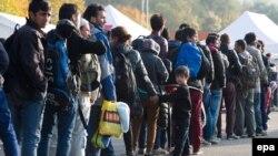 Австрия-Германия шекарасында тұрған мигранттар. Қазан, 2015 жыл.