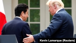 Жапонияның премьер-министрі Синдзо Абэ (сол жақта) және АҚШ президенті Дональд Трамп