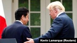 Американскиот претседател Трамп и јапонскиот премиер Абе по заедничката прес-конференција во вашингтон