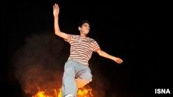 مراسم چهارشنبهسوری در یکی از خیابانهای تهران