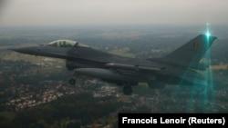 Un avion de luptă F16, aflat într-un zbor de demonstrație
