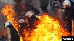 Массовые митинги, забастовки поджоги и столкновения с полицией - так простые греки встречают принятие парламентом мер жесткой экономии