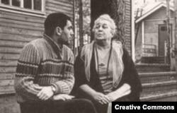 Анатолий Найман и Анна Ахматова в Комарово, 1965 (фотография Л. Полякова)