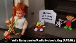 Учасники інциденту в Дніпрі стверджують, що до проведення акції їх спонукали події в Запоріжжі, де співробітники УПЦ (МП) відмовилися відспівувати трагічно загиблу дитину