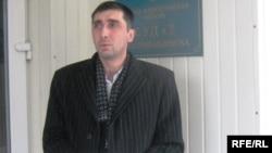 Адам құқын қорғаушы Вадим Курамшин сот ғимараты алдында. Петропавл, 20 қараша 2009 жыл.