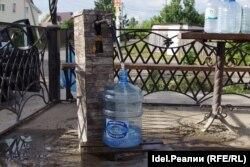 За чистой питьевой водой жителям Усад приходится ездить в соседнее село, на колонку.