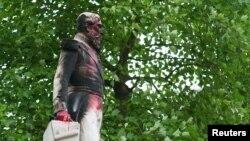 Помнік каралю Леапольду II у прымесьці Антвэрпэна, запэцканы фарбамі, 4 чэрвеня 2020