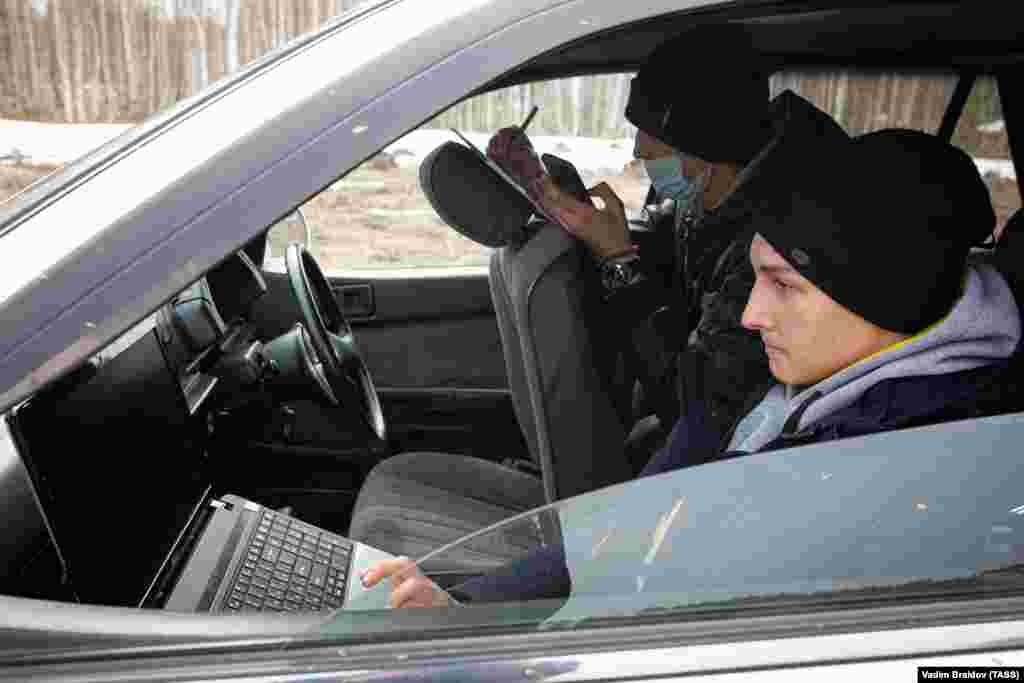 Российские студенты выполняют задания на ноутбуках. Они выехали из своего села под Челябинском в место с более сильным сигналом интернета