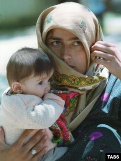 Азамат соғысы кезінде түсірілген балалы босқынның суреті. Тәжікстан, 21 қазан 1997 жыл.