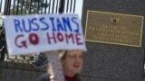 Чоловік із плакатом «Росіяни, додому!» під час акції біля посольства Росії в США. Вашингтон, 4 березня 2017 року