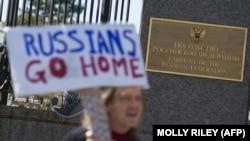 Як эътирозгар дар наздикии сафорати Русия дар Амрико. Вашингтон, моҳи марти 2017