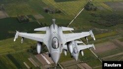 """Архива: Норвешки авиони Ф-16 патролираат над Балтикот за време на мисијата на НАТО """"Ер-полисинг."""" 20.5.2016 година."""