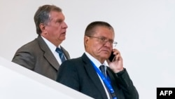 Rosneft CEO Igor Sechin (left) and former Economy Minister Aleksei Ulyukayev in Baku in August 2016