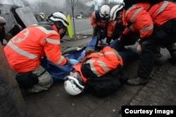Раненый Роман Котляревский лежит рядом с раненым участником протеста