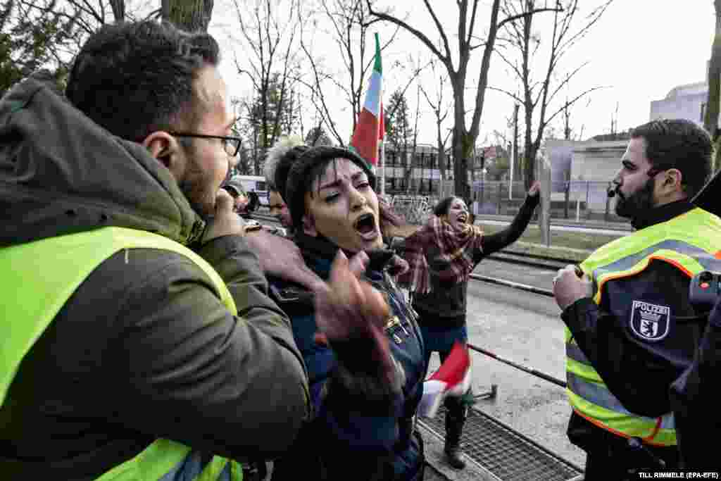Иранның Германиядағы елшілігі алдында наразылыққа адамдар қолдарына Иранның конституциялық монархия кезіндегі туларын ұстап шықты. Берлин. 4 қаңтар, 2018 жыл.